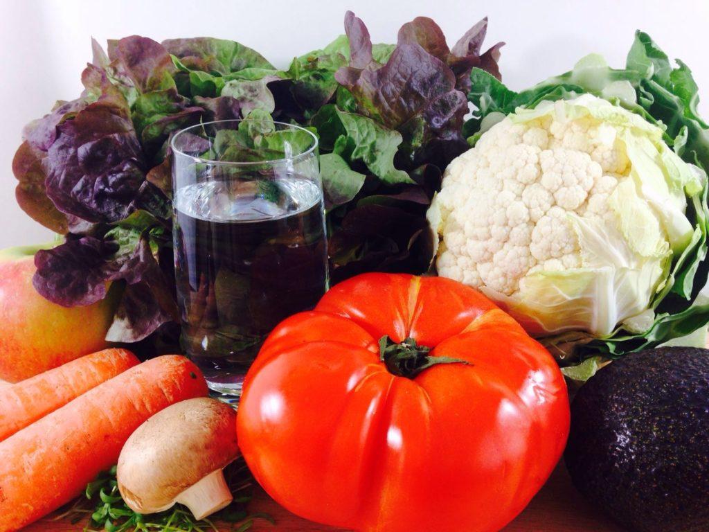 Gemüse und ein Glas Wasser gut für den Säure-Basen-Haushalt
